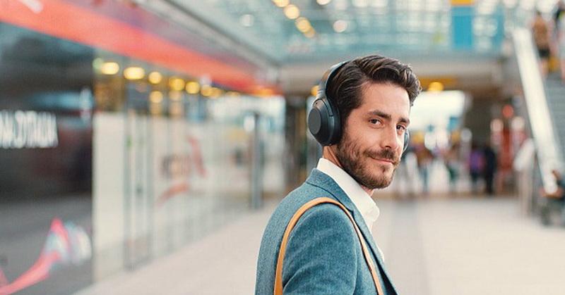 https: img.okezone.com content 2018 10 02 57 1958761 headphone-versus-earphone-mana-lebih-aman-dipakai-Hw3rUnvO8b.jpg