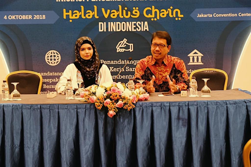 https: img.okezone.com content 2018 10 04 194 1959740 cara-desainer-busana-muslim-vivi-zubedi-dorong-industri-kreatif-daerah-rF1XIAj6aB.jpeg