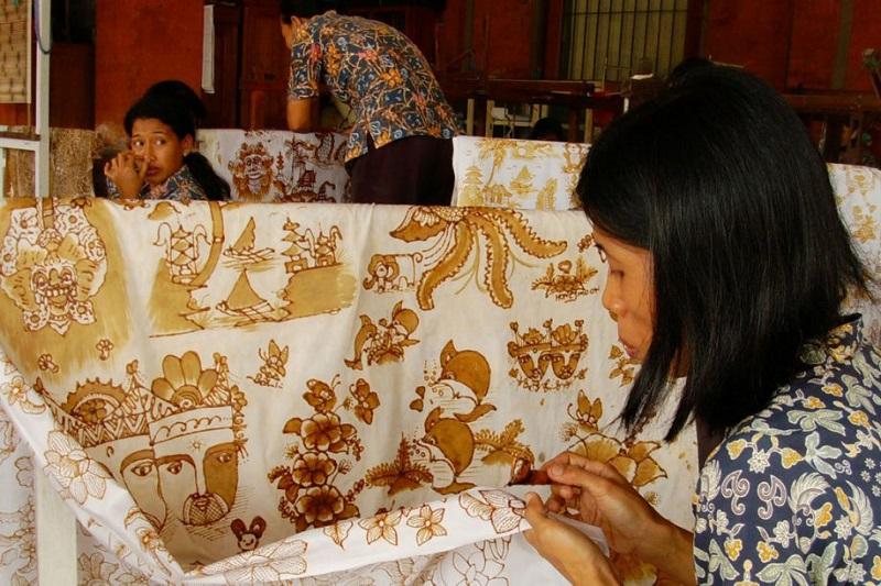 https: img.okezone.com content 2018 10 08 194 1961215 pengrajin-batik-lasem-di-rembang-kini-manfaatkan-pewarna-alami-RMaOSfMOnL.jpg