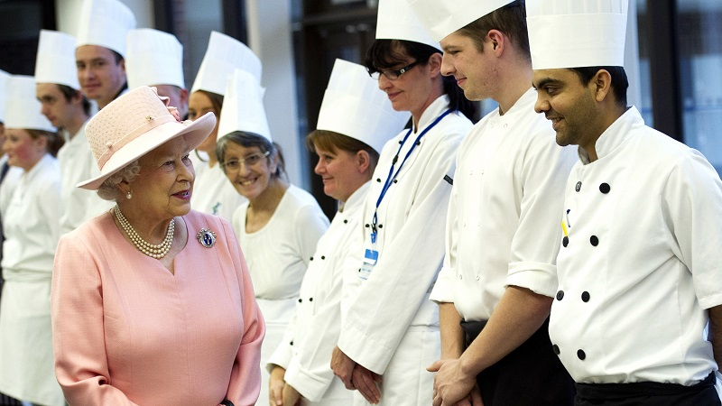 https: img.okezone.com content 2018 10 09 298 1961522 jago-masak-istana-buckingham-inggris-buka-lowongan-untuk-posisi-chef-lho-JhVp3b8FS0.jpg