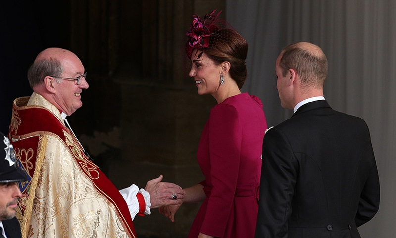 https: img.okezone.com content 2018 10 12 194 1963277 royal-wedding-putri-eugenie-kate-middleton-tampil-cantik-dengan-dress-rancangan-alexander-mcqueen-kARA6xXq6Z.jpg