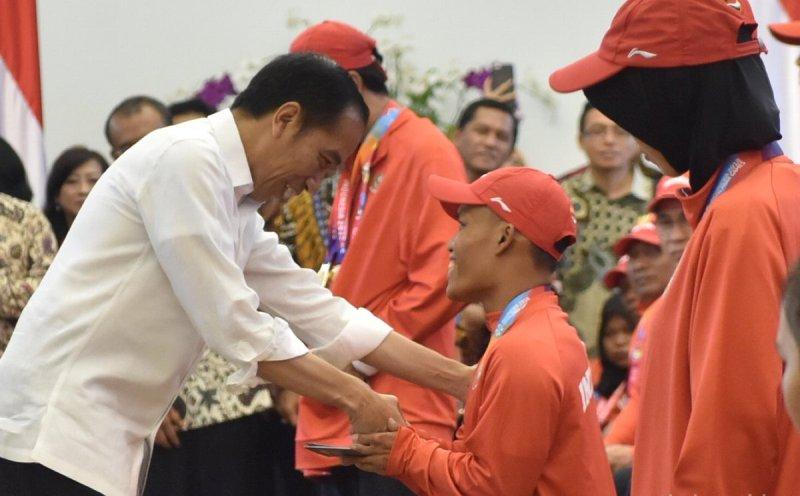 https: img.okezone.com content 2018 10 13 43 1963582 presiden-jokowi-serahkan-bonus-bagi-kontingen-atlet-asian-para-games-2018-EYe4hGvpqW.jpg