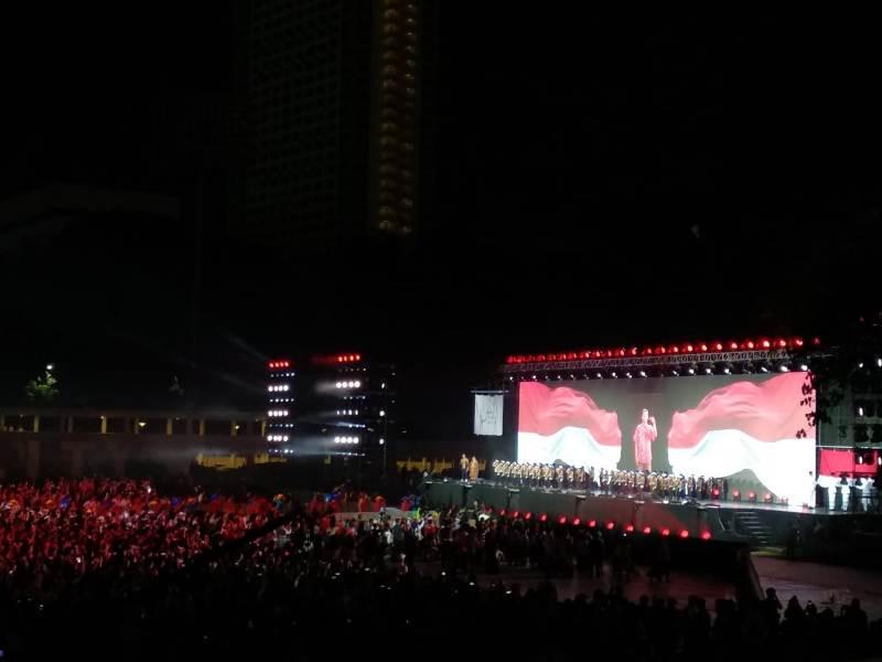 https: img.okezone.com content 2018 10 13 43 1963675 parade-bendera-peserta-asian-para-games-2018-awali-upacara-penutupan-qHozZmEIOA.jpeg