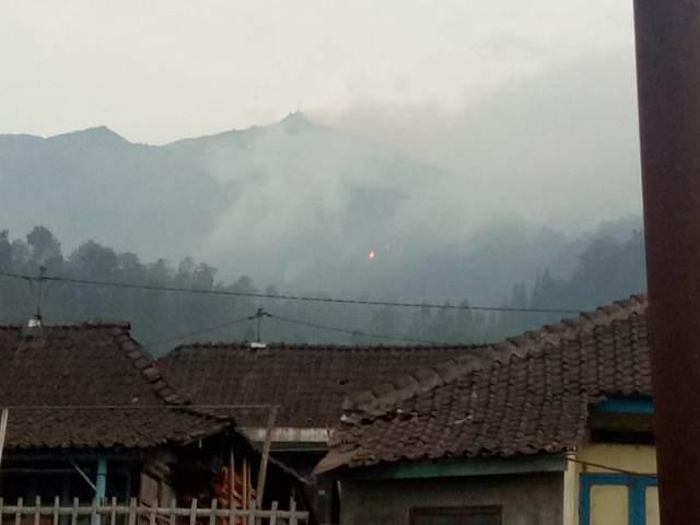 https: img.okezone.com content 2018 10 15 512 1964041 kobaran-api-di-gunung-merbabu-semakin-besar-mdZhk1F7v1.jpg