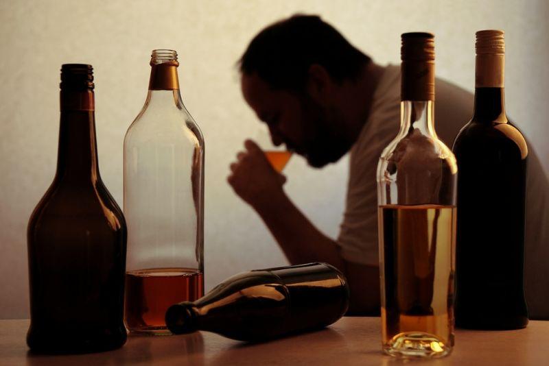 https: img.okezone.com content 2018 10 17 196 1965054 7-tips-keluar-dari-jerat-alkohol-salah-satunya-jadilah-supir-oX0LxXwKvv.jpg
