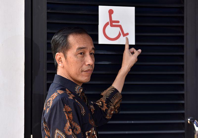 https: img.okezone.com content 2018 10 17 470 1965091 tinjau-gbk-ramah-disabilitas-presiden-jokowi-minta-pintu-dan-wastafel-disesuaikan-T2tlpJxWm1.jpg