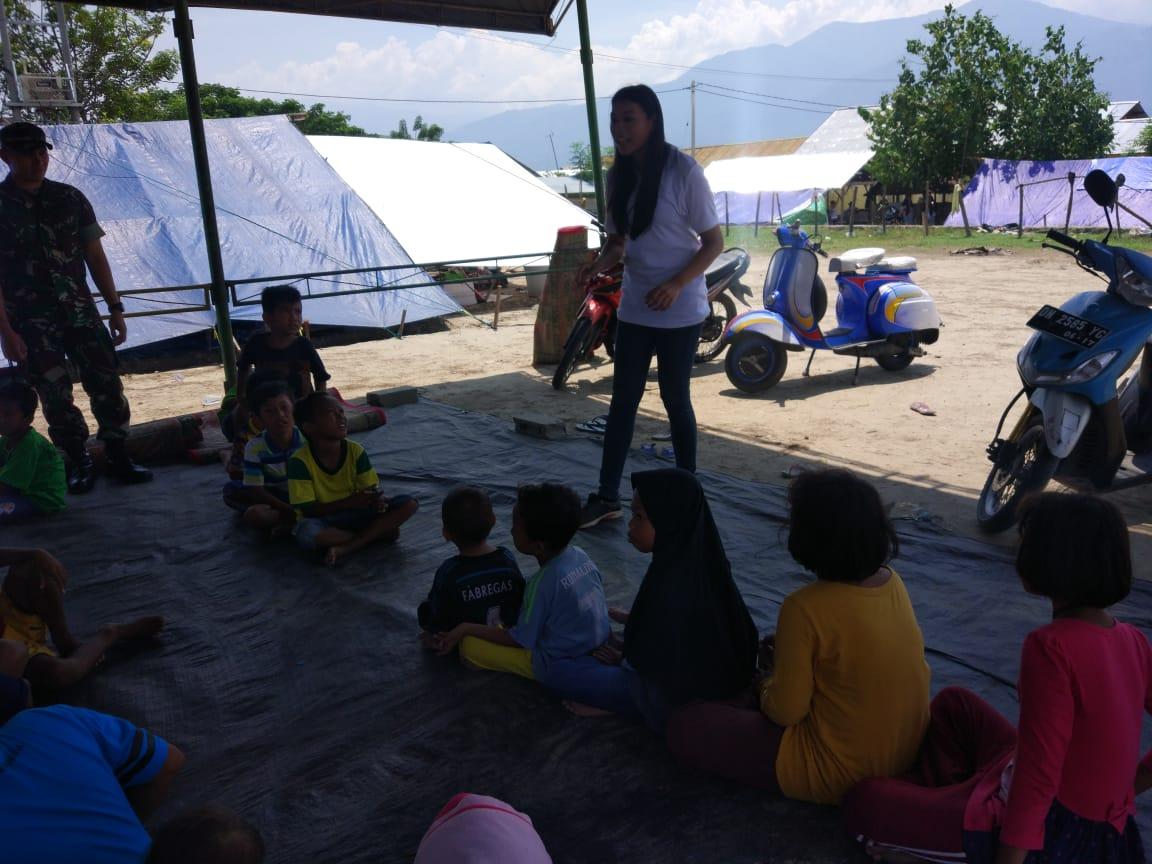 https: img.okezone.com content 2018 10 18 196 1965534 miss-indonesia-2018-terjun-langsung-atasi-trauma-anak-anak-korban-bencana-palu-E7VJmh2My4.jpg