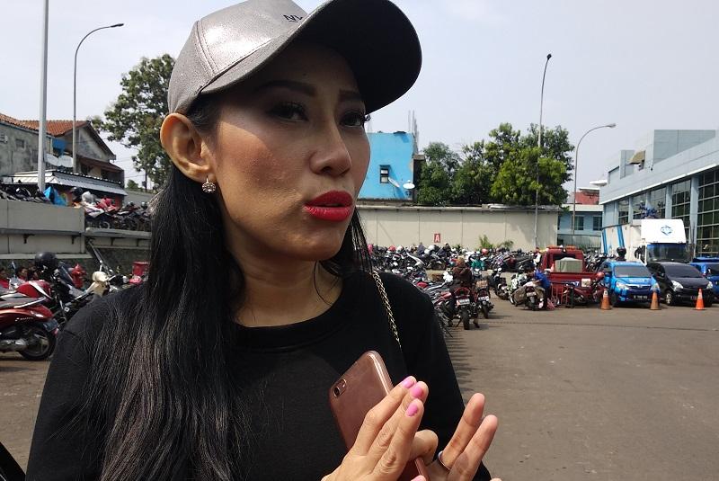 https: img.okezone.com content 2018 10 18 33 1965550 unggah-foto-telanjang-dewi-sanca-cari-sensasi-CXDwmskZjr.jpg