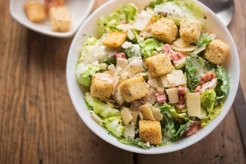 https: img.okezone.com content 2018 10 18 481 1965951 5-penyajian-yang-bikin-salad-jadi-bumerang-bagi-tubuh-VAsjGsYUnr.jpg