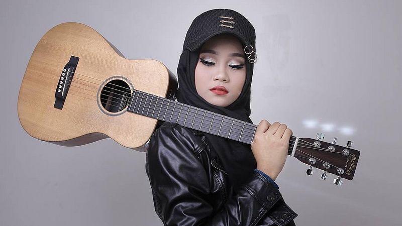 https: img.okezone.com content 2018 10 19 205 1966099 tak-hanya-jadi-penyanyi-ayu-idol-ternyata-juga-artis-live-streaming-gVRHNaMt9A.JPG