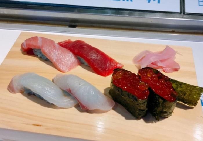 https: img.okezone.com content 2018 10 19 298 1966250 restoran-asal-jepang-luncurkan-olahan-sushi-bernuansa-biru-berani-coba-7Pj5MILJ4M.jpg