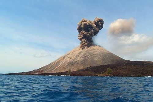 https: img.okezone.com content 2018 10 19 340 1966068 gunung-anak-krakatau-erupsi-49-kali-warga-dilarang-mendekat-radius-2-km-tgbujLdrQq.jpg