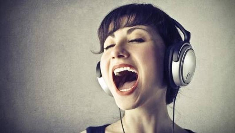 https: img.okezone.com content 2018 10 19 481 1966421 cara-mendengarkan-suara-dari-earphone-agar-tak-alami-gangguan-telinga-VD36UU6GLX.jpg