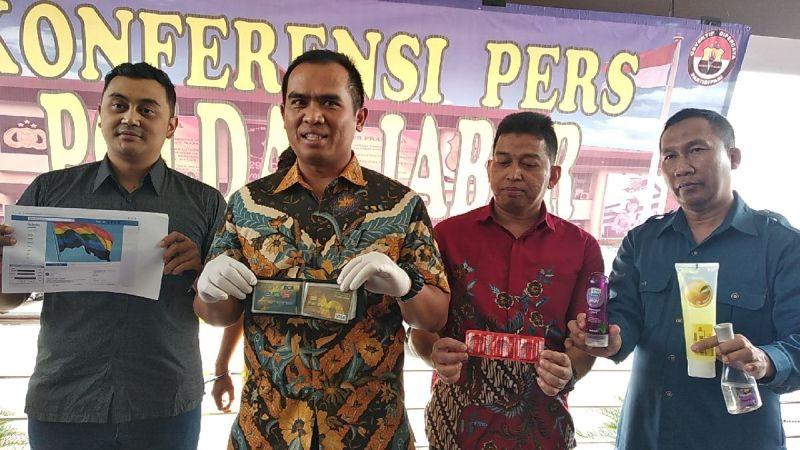 https: img.okezone.com content 2018 10 19 525 1966240 polisi-tangkap-2-admin-grup-facebook-gay-bandung-indonesia-UMMM9WH3DL.jpg