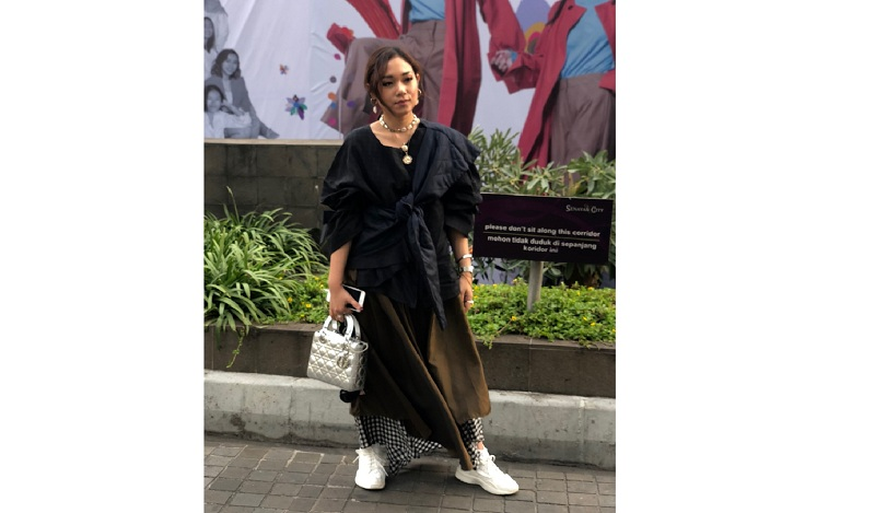 https: img.okezone.com content 2018 10 21 194 1966992 datang-ke-jakarta-fashion-week-2019-ayla-dimitri-tampil-dengan-gaya-over-layering-RRKnxttuEu.jpg