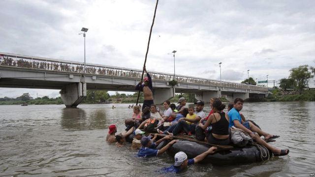 https: img.okezone.com content 2018 10 22 18 1967101 sejumlah-migran-nekat-berenang-naik-rakit-untuk-masuk-ke-amerika-EF0YoUwRlU.jpg