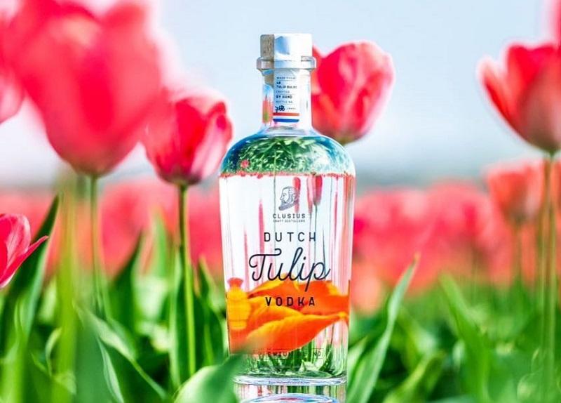 https: img.okezone.com content 2018 10 23 298 1968025 kini-ada-vodka-berbahan-dasar-bunga-tulip-intip-proses-penyulingannya-ejXk7ci5na.jpg
