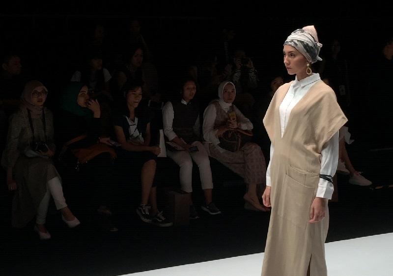 https: img.okezone.com content 2018 10 24 194 1968454 jfw-2019-dobrak-gaya-mainstream-sayee-sukses-bawa-wear-your-oriental-modest-wear-kaum-hawa-buQWGsCtEH.jpeg
