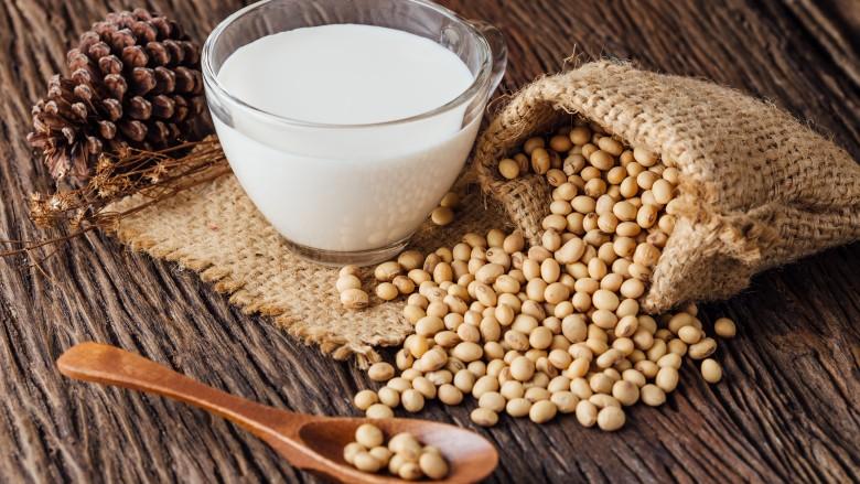 https: img.okezone.com content 2018 10 24 481 1968466 susu-kedelai-bisa-jadi-alternatif-untuk-memenuhi-kebutuhan-protein-bagi-vegan-E7xFAib8uG.jpg