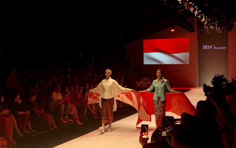https: img.okezone.com content 2018 10 25 194 1968948 jakarta-fashion-week-2019-kecantikan-sutra-dewangga-dalam-koleksi-obin-1yjg3xS7I4.jpg