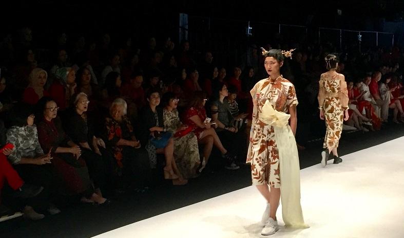 https: img.okezone.com content 2018 10 25 194 1969046 pertemukan-high-couture-dan-streetwear-ini-wujud-kolaborasi-mel-ahyar-dan-iwan-tirta-c1d8t2GEHr.jpg