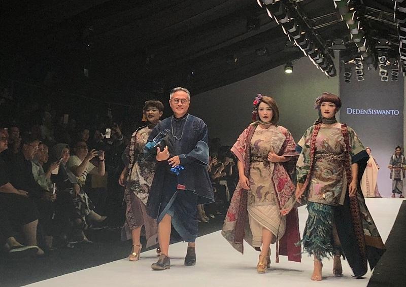 https: img.okezone.com content 2018 10 25 194 1969058 terinspirasi-kisah-keluarga-osin-deden-siswanto-tampilkan-kimono-jepang-di-jfw-2019-dzzrPQBuf9.jpg