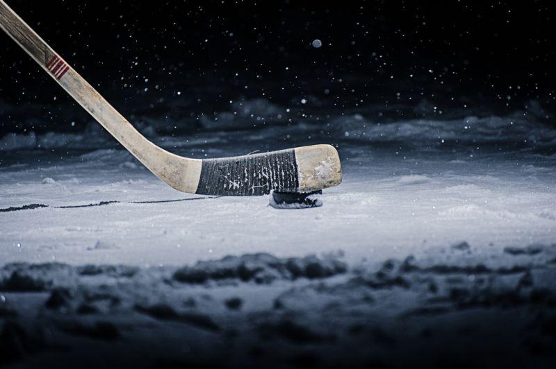 https: img.okezone.com content 2018 10 25 196 1968746 punya-refleks-ninja-wanita-seksi-ini-tangkap-bola-hockey-sambil-terima-telepon-jbJRBPBTmO.jpg