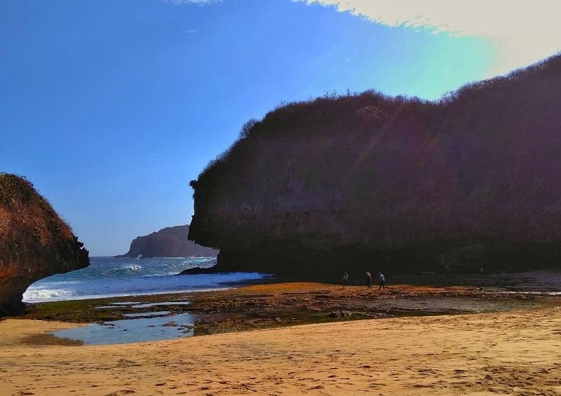 https: img.okezone.com content 2018 10 25 406 1968989 keindahan-bukit-karang-di-pantai-greweng-spot-asyik-untuk-ambil-foto-Sty7sYPJiL.jpg
