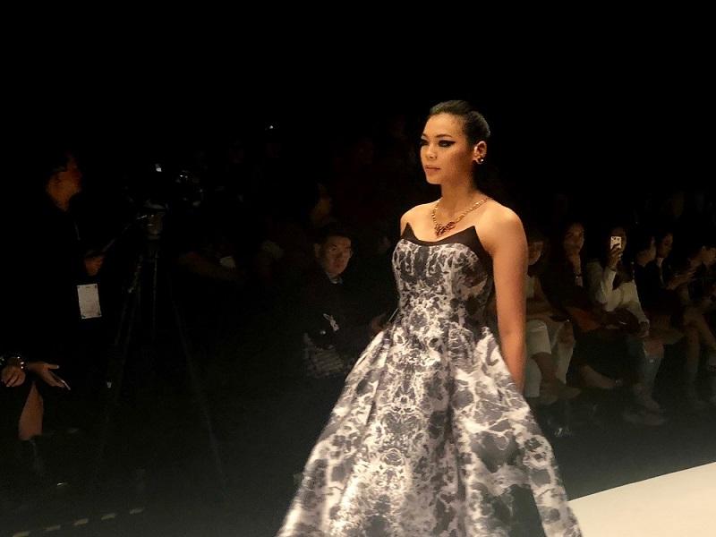 https: img.okezone.com content 2018 10 26 194 1969548 cantiknya-miss-indonesia-alya-nurshabrina-di-runway-jakarta-fashion-week-2019-DtjvoTFPOV.jpg