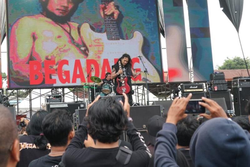 https: img.okezone.com content 2018 10 27 205 1969777 penampilan-spesial-koil-otong-banting-gitar-di-jogjarockarta-festival-2-fVq9wTDj3o.jpeg