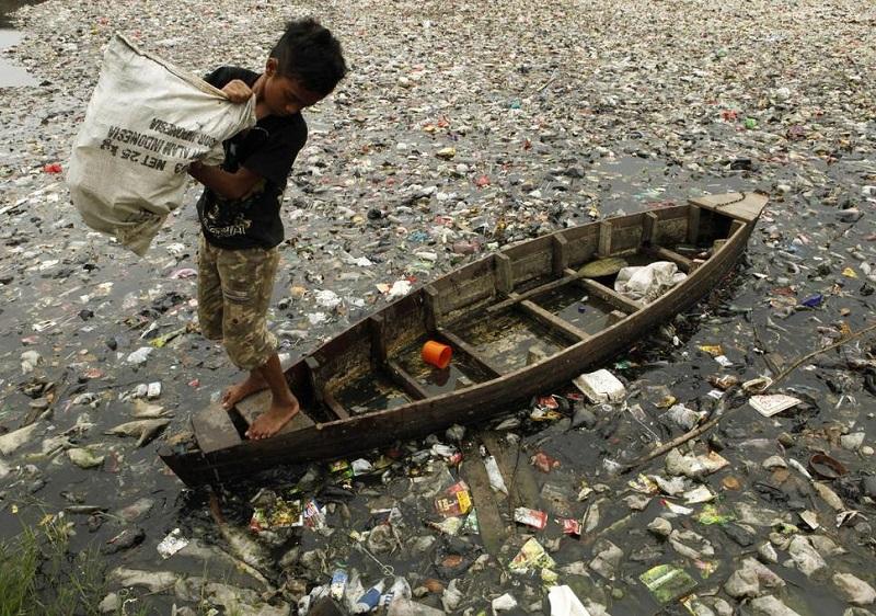 https: img.okezone.com content 2018 10 27 320 1969665 pentingnya-penanganan-global-untuk-atasi-sampah-plastik-di-laut-IwLZ5lfqwm.jpg