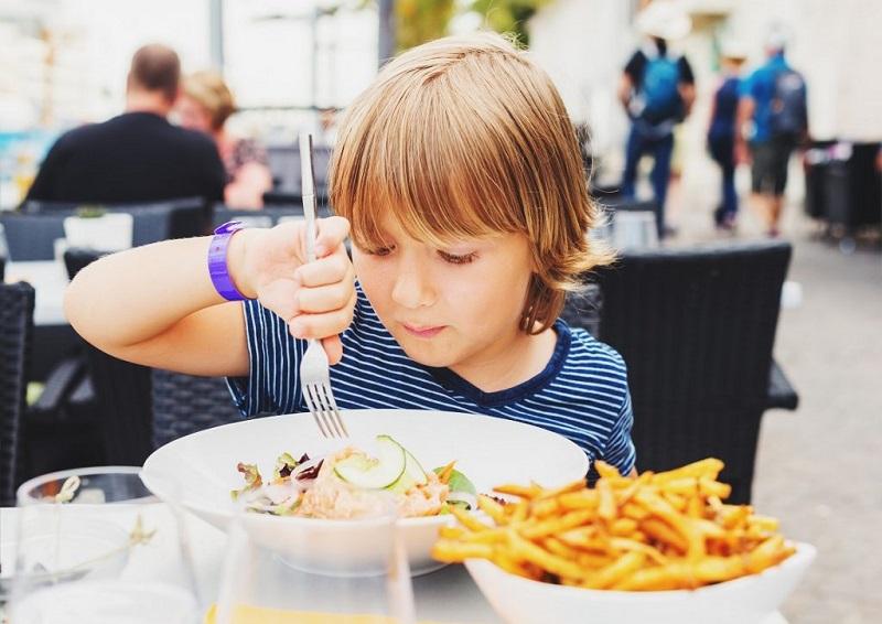 https: img.okezone.com content 2018 10 30 298 1971161 bocah-berusia-10-tahun-diusir-dari-restoran-karena-ajak-pacarnya-berkencan-eTFA3BweTE.jpg
