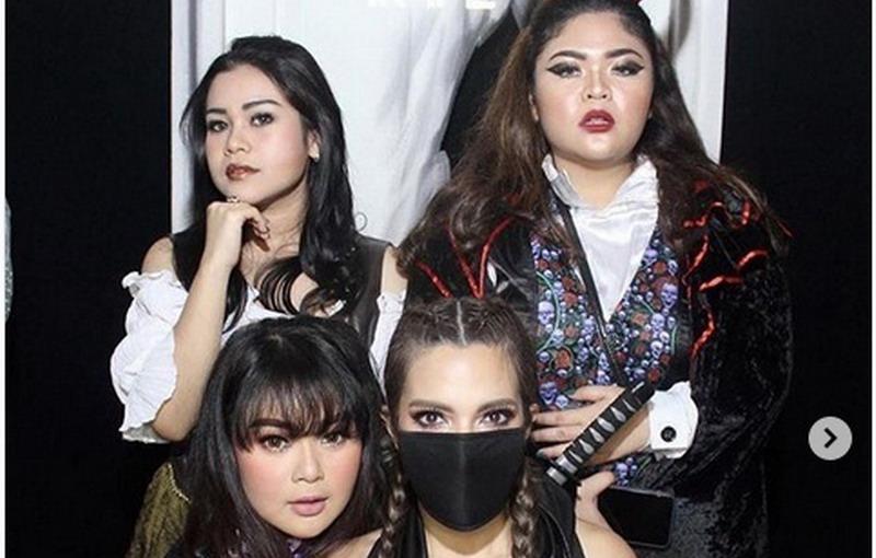 https: img.okezone.com content 2018 10 31 33 1971308 sambut-halloween-nia-ramadhani-dan-girl-squad-tampil-dengan-kostum-seksi-dnlIM5ZEo1.jpg