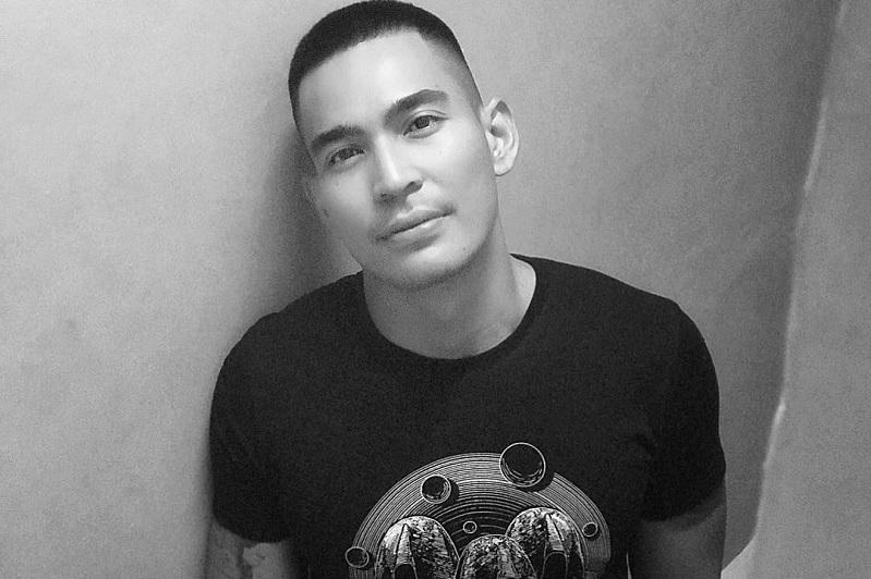 https: img.okezone.com content 2018 10 31 598 1971707 robby-purba-sapa-hangat-roy-kiyoshi-di-panggung-indonesian-television-awards-QDbHnd18ts.jpg