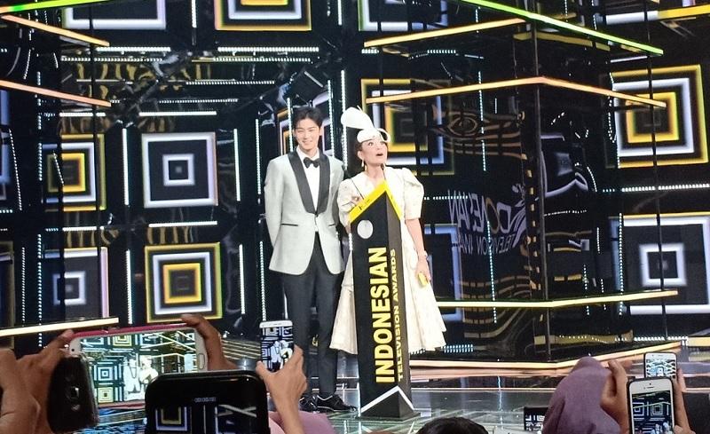 https: img.okezone.com content 2018 10 31 598 1971716 ayu-dewi-gombali-cha-eun-woo-di-panggung-indonesia-television-awards-GxGSCeV3Pr.jpg