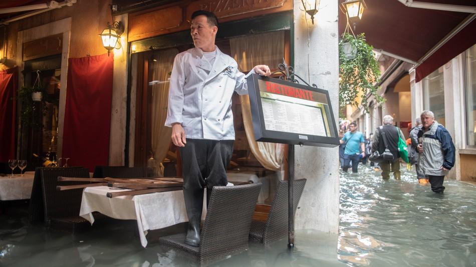 https: img.okezone.com content 2018 11 01 298 1972092 dilanda-banjir-hebat-restoran-pizza-di-venisia-tetap-beroperasi-HV1jsT4IJP.jpg