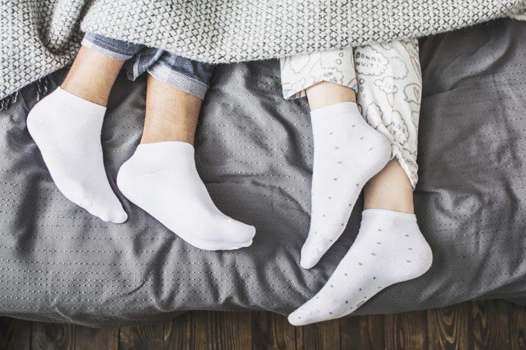 https: img.okezone.com content 2018 11 03 481 1972935 cuaca-dingin-enaknya-tidur-dengan-menggunakan-kaus-kaki-ini-4-manfaatnya-8Gu28DUFv5.jpg