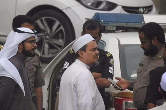 https: img.okezone.com content 2018 11 06 337 1974238 diperiksa-polisi-saudi-karena-bendera-tauhid-habib-rizieq-sudah-kembali-ke-rumah-4SMbljtoDH.jpg