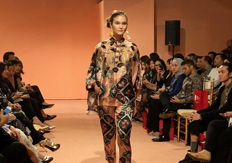 https: img.okezone.com content 2018 11 07 194 1974418 nuansa-tradisional-dan-modern-menyatu-pada-printing-dan-lace-outfit-zmtcV62UuC.jpg