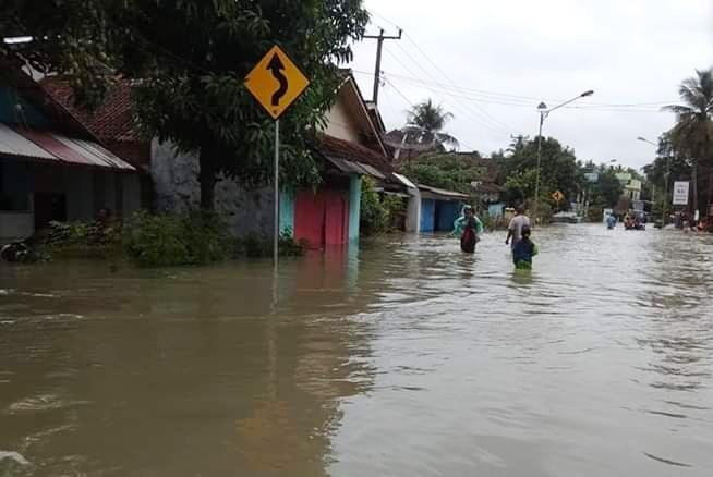 https: img.okezone.com content 2018 11 07 525 1974370 1-warga-pangandaran-tewas-terseret-arus-banjir-E4TluYzyLY.jpg
