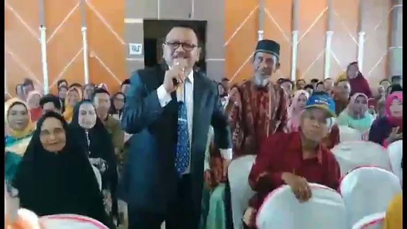 https: img.okezone.com content 2018 11 10 65 1975995 pengakuan-jasruddin-saat-nyanyi-titip-rindu-buat-ayah-bikin-wisudawan-nangis-luwE5No6wg.jpg