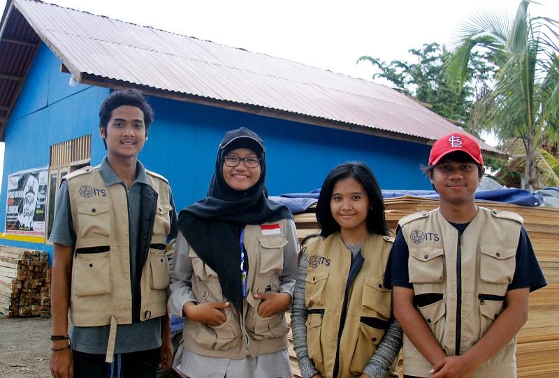 https: img.okezone.com content 2018 11 10 65 1976020 kisah-mahasiswa-its-jadi-sukarelawan-di-lombok-h87BUwMeu8.jpeg