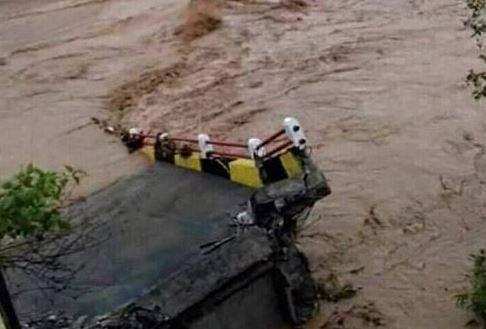 https: img.okezone.com content 2018 11 12 340 1976690 jembatan-baja-di-aceh-barat-ambruk-diterjang-arus-sungai-brwoDOCOMo.JPG