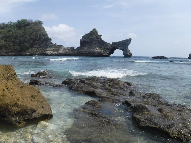 https: img.okezone.com content 2018 11 12 406 1976879 menikmati-keindahan-atuh-beach-di-nusa-penida-yang-masih-sepi-pengunjung-2OCInjrj2D.jpg