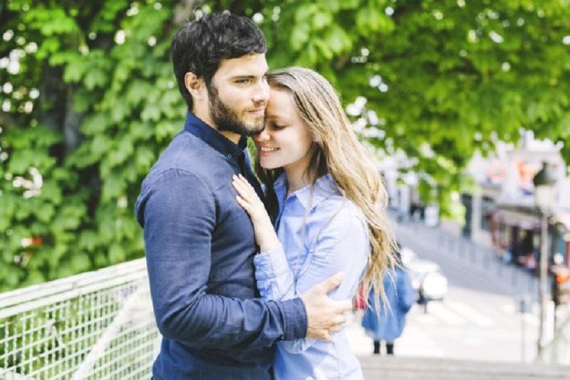 https: img.okezone.com content 2018 11 12 481 1976579 memakai-pakaian-dan-mencium-aroma-pasangan-bisa-membuat-bahagia-kok-bisa-BMDXU5Dkym.jpg