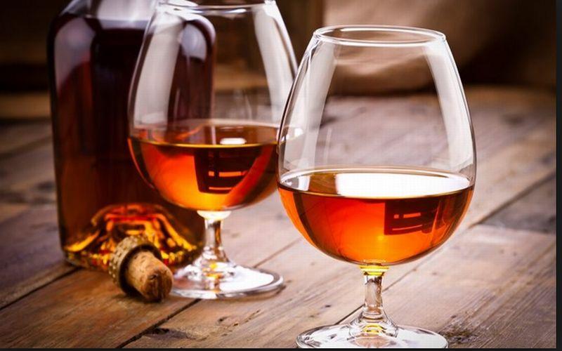 https: img.okezone.com content 2018 11 13 298 1977387 mulai-cari-cognac-untuk-suguhan-minuman-natal-ini-5-rekomendasi-merek-terbaik-bGSjyO7SjM.jpg