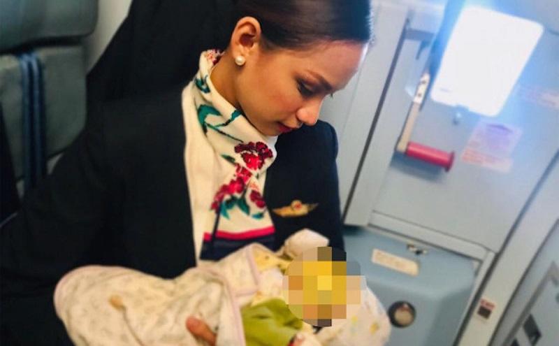 https: img.okezone.com content 2018 11 13 481 1977111 aksi-heroik-pramugari-berikan-asi-ke-bayi-penumpang-di-dalam-pesawat-wp5YjBR1Fc.jpg