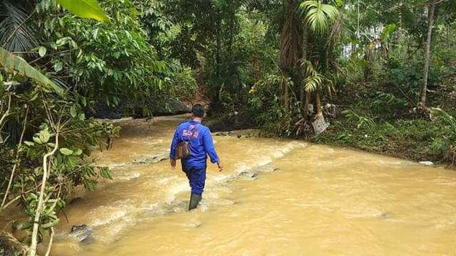 https: img.okezone.com content 2018 11 14 525 1977975 korban-terseret-arus-banjir-pangandaran-ditemukan-di-sungai-7wCEzffVjW.jpg