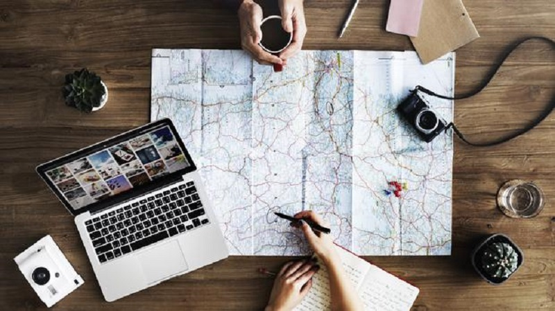 https: img.okezone.com content 2018 11 15 406 1978235 4-tips-menyusun-rencana-perjalanan-agar-liburan-tidak-berantakan-l9GTIiry16.jpg
