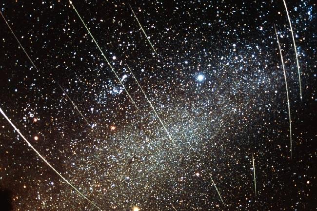 https: img.okezone.com content 2018 11 16 56 1978752 hujan-meteor-leonid-bisa-disaksikan-di-indonesia-ini-syaratnya-HFPblXTniE.jpg
